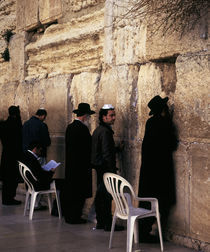 Group of people praying in front of a wall, Western Wall, Jerusalem, Israel von Panoramic Images