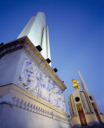 Low angle view of the Democracy Monument, Bangkok, Thailand von Panoramic Images