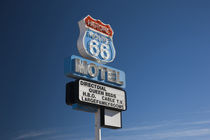 Low angle view of a motel sign, Route 66, Seligman, Yavapai County, Arizona, USA von Panoramic Images