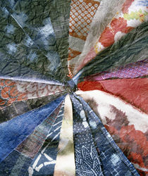 Close up of quilt folded in triangular pattern von Panoramic Images