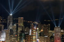 Laser show over city at night, Hong Kong, China. von Sami Sarkis Photography