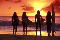 Surf girls sunset von Sean Davey