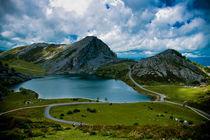 Lago Enol by Luis Alfonso Lopez