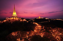 Beautiful light bulb with thai pagoda von Thanupong Suriyachaiyakorn
