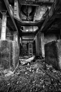 Abandoned building by Tomer Burmad