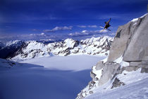 Skier jumping off a cliff. von Ross Woodhall