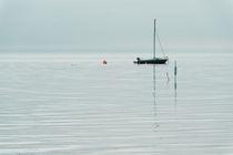 Boot auf der Nordsee quer by Michael Schickert