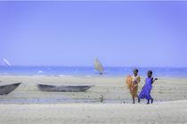 two girls walking on the fisherman's beach von Leandro Bistolfi