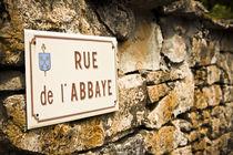 Strassenschild in Frankreich Rue de l`Abbaye by Thomas Rathay