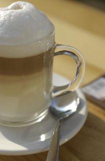 Latte Macchiato im Glas, Hochformat by Silke Heyer Photographie