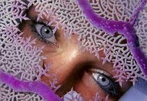 Kuba, Cuba, Karibik, Mädchen blickt durch Koralle von Norbert Probst