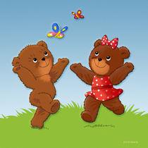 zwei Teddybären fangen Schmetterlinge von droigks