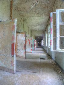 Beelitz Heilstätten - Flur mit weiß-roten Türen von Ralf Schröer