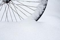 Rad im Schnee by Lutz Wallroth