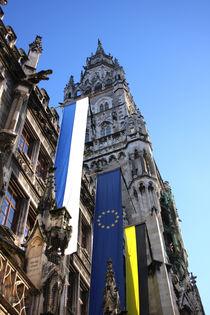 Münchner Rathaus mit Beflaggung - Europa integrieren von lizcollet