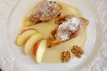 Apfel-Walnuss-Strudel an Zimt-Vanille-Sauce von lizcollet