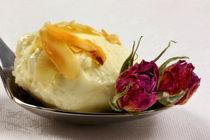 Rosenblüten und Mandeln in luftigleichter Mousse by lizcollet