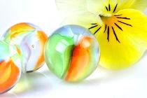 Rainbow's Gift of Light |Glasmurmeln und Stiefmütterchen by lizcollet