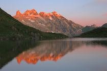Sonnenaufgang an einem Bergsee von Johannes Netzer