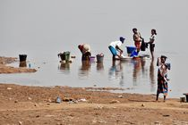 Wäsche am Niger von Walter Vymyslicky