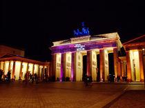 Brandenburger Tor bunt beleuchtet von rotschwarzdesign