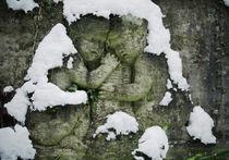 schneebedeckte Engel auf Grabstein von rotschwarzdesign