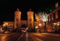 Nauener Tor in Potsdam, Nachts beleuchtet von rotschwarzdesign