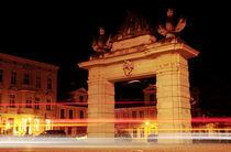 Jägertor Nachts mit Leuchtstreifen von rotschwarzdesign
