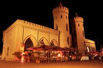 Potsdamer Nauener Tor schräg, Nachts beleuchtet von rotschwarzdesign