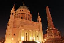 Nikolaikirche und Obelisk im Nachtlicht von rotschwarzdesign