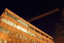 Entkerntes Gebäude und Kran Nachts by rotschwarzdesign