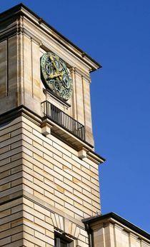 Fassade mit Uhr von Sikiru Adebiyi