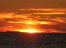 Sonnenuntergang, Kuhr Nehrung, Schiff am Horizont von Nils Grund
