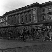 Hinterm Reichstag im Oktober 1989 von Bettina Piwon
