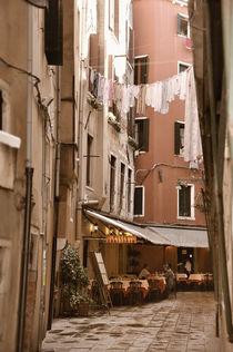 Restaurant in einer Gasse von Venedig (Sepia) von Doris Krüger