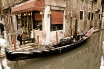 Gondel und Gondoliere in Venedig (Sepia) von Doris Krüger