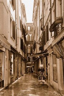 Gasse in Venedig (Sepia) by Doris Krüger