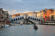 Die Rialto-Brücke bei Sonnenuntergang in Venedig von Doris Krüger