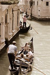 Gondeln auf einem Kanal in Venedig (Sepia) by Doris Krüger