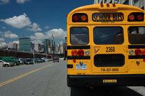 New York City - gelber Schulbus vor Skyline by Doris Krüger