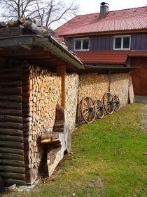 Holz vor der Hütte von Eva-Maria Oeser