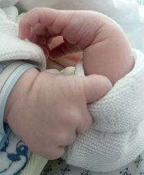Babyhände - ein Tag jung by regenbogenfloh