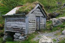 Hütte am steinigen Wegrand an einem Bach am Fu von fotodil
