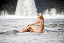Frauenakt am Fluss von Sigi Müller