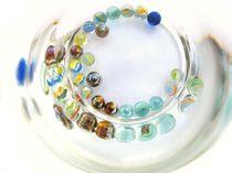 Glasperlen im Wasserglas von Torsten Neundorf