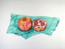 Granatapfel auf grünem Tuch von Angelika Wegner