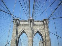 Walking on Brooklyn Bridge I von Nicola Christina