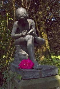 Bronzekind mit Rosendorn im Fuß by Victoria Garden
