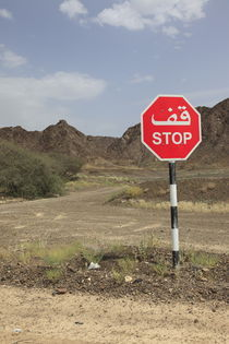 zweisprachiges STOP Schild in der arabischen Wüste by Willy Matheisl
