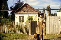 alter Mann vor seinem Haus in Russland  von catharina